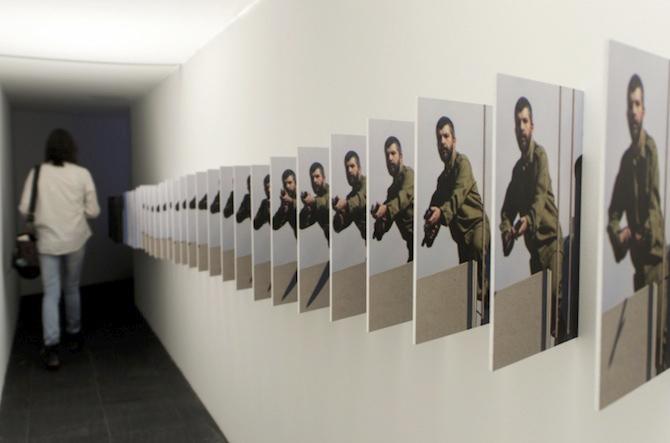 La comunidad de los hombrecitos exiliados homenajea a los Centenares de muertos de la guerra de Siria. Atrapados entre multitud de cámaras de vigilancia ocultas, webcams, Leicas, cámaras de video Sony, de TVE, de GSV diminutas. Escucharon muchos disparos indiscriminados de la parafernalia de cámaras, fotografías y fotogramas.
