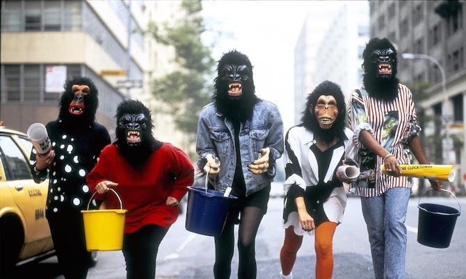La Teoría King Kong empieza con las guerrillas feministas que plantean problemas reales, en pie de lucha con ropa de gorila y altavoces en mano.