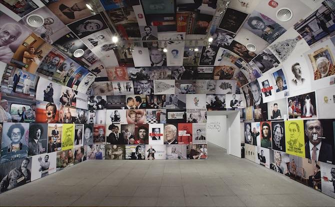 En las paredes de una habitación reina un sistema visual de los dirigentes de la historia, basado en importantes personas involucradas en el poder. Centro solar de nuestro sistema ideológico o representación de un sistema operativo interconectado.